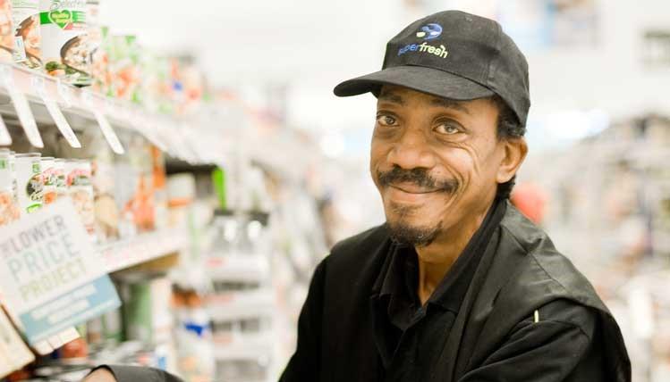 棒球帽在一家商店放养货架的人